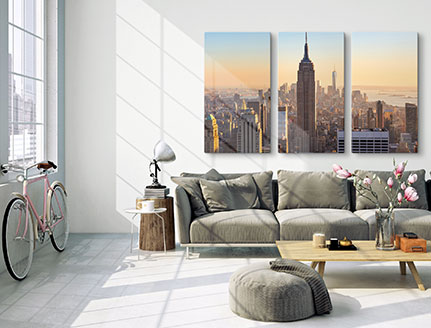 Woonkamer met drieluik van stad skyline