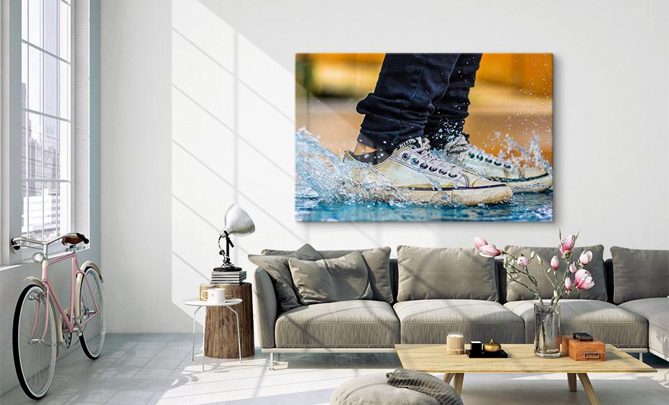 Bild hinter Glas über Sofa aufgehängt