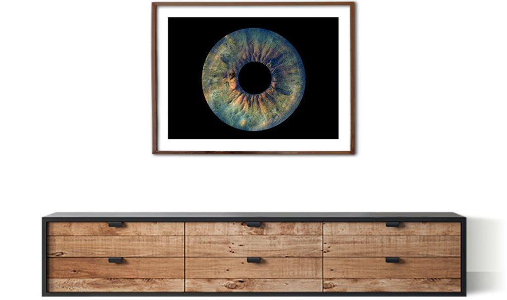 Irisfoto in Rahmen über Kommode